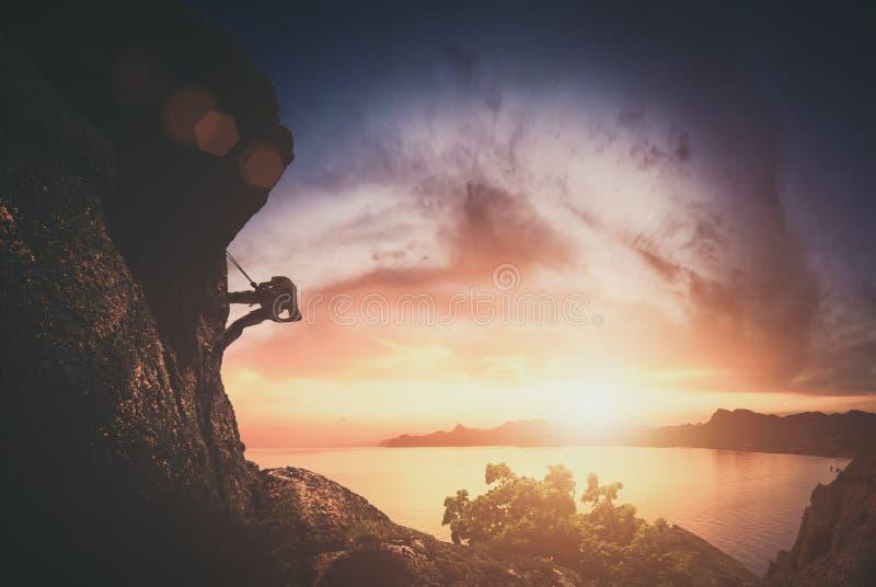 Klättrare på en vagga mot solnedgång Instagram stylization arkivbilder