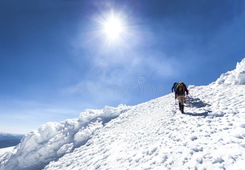 Klättrare på vägen till överkanten av en aktiv vulkan. royaltyfri fotografi