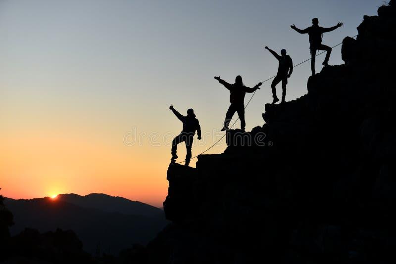 Klättrare som är extatiska på berget royaltyfri foto