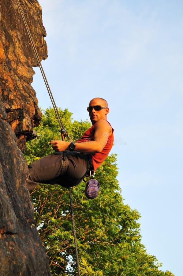 klättrare som driver tillbaka rocken royaltyfria foton