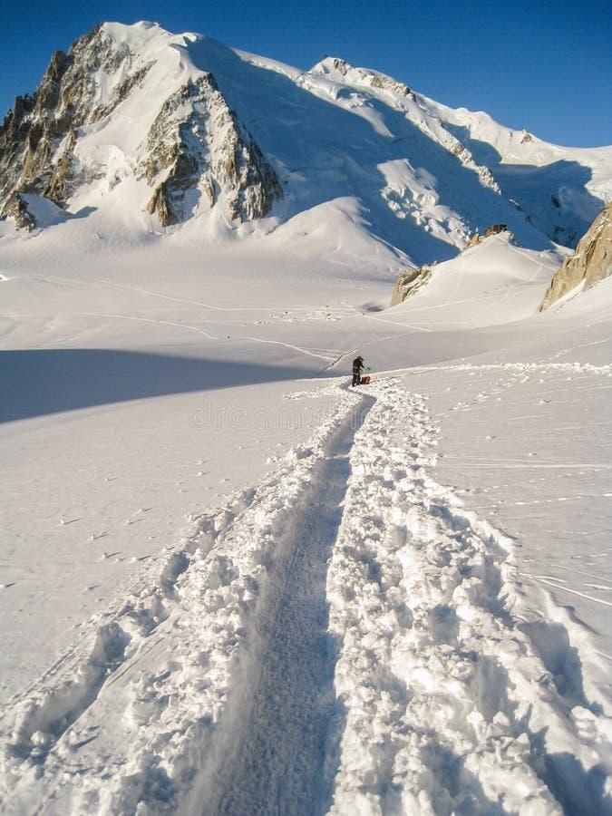 Klättrare som korsar glaciären för sänkadu Midi i ny snö som gör t royaltyfria bilder