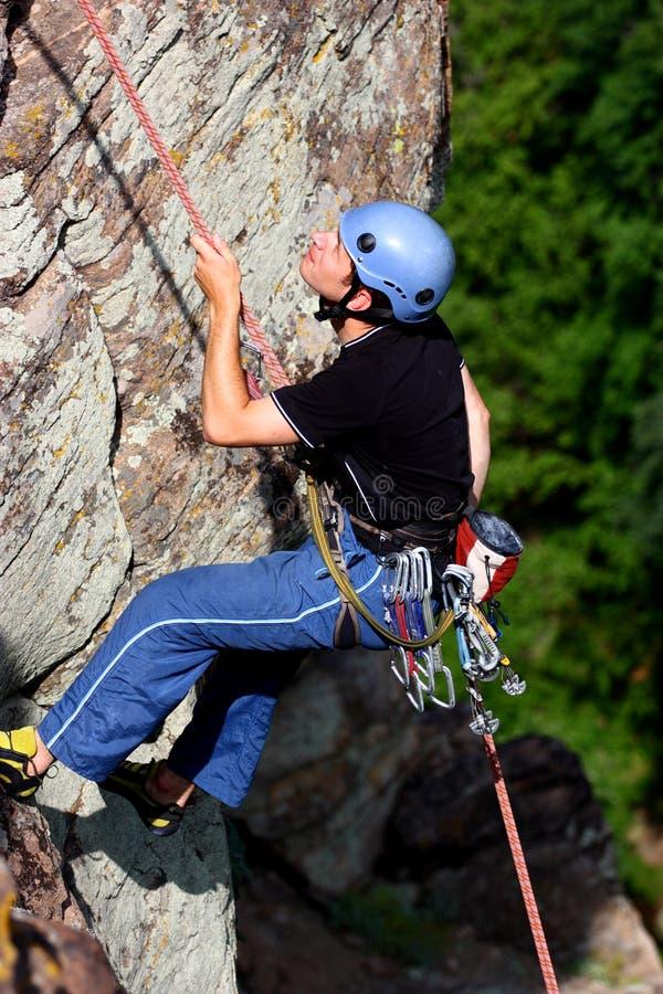 klättrare som rappelling royaltyfri bild