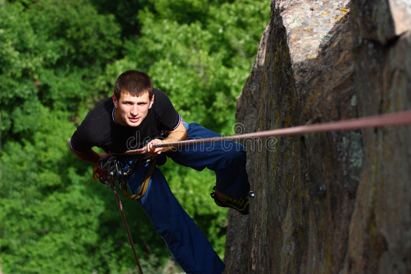 klättrare som rappelling royaltyfria foton