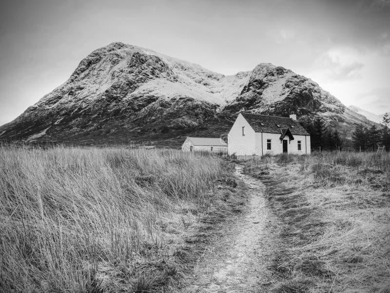 Klättraregrundhus på det Glencoe berget, Skottland royaltyfri fotografi