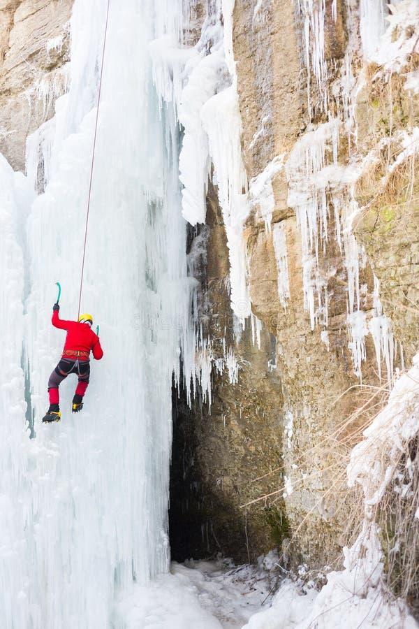 Klättrareklättringarna på is fotografering för bildbyråer