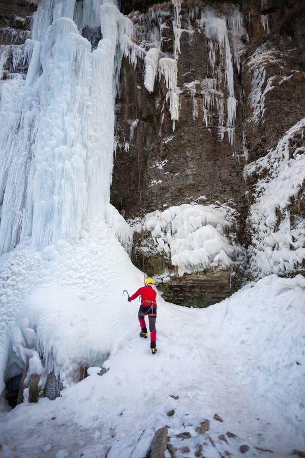 Klättrareklättringarna på is arkivfoton
