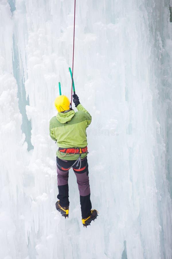 Klättrareklättringarna på is arkivfoto