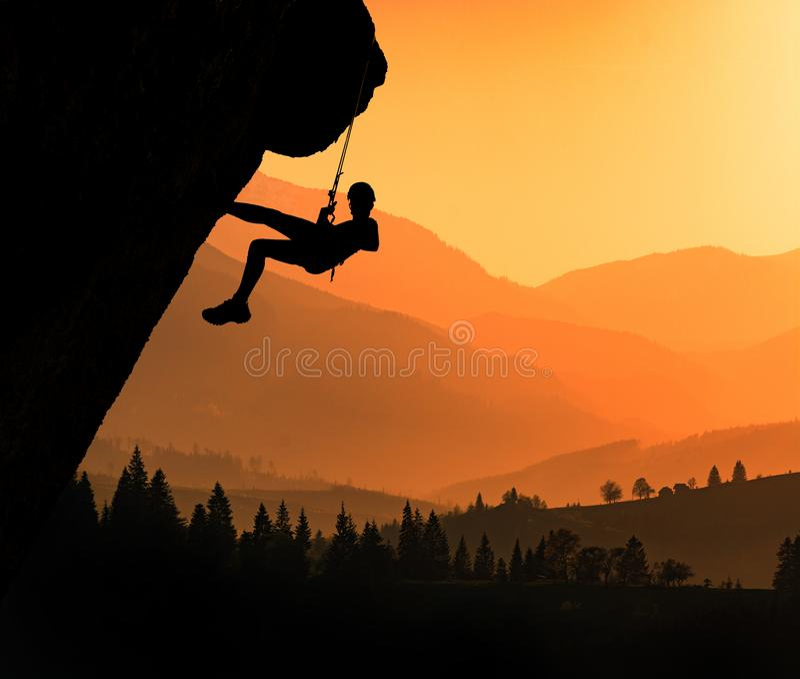 Klättrarekontur mot carpathian berg arkivbild