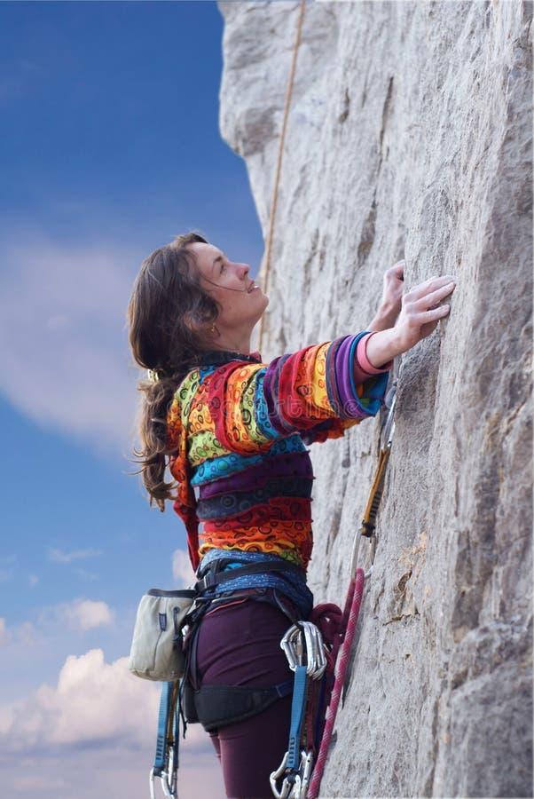 klättrarekvinna royaltyfri foto