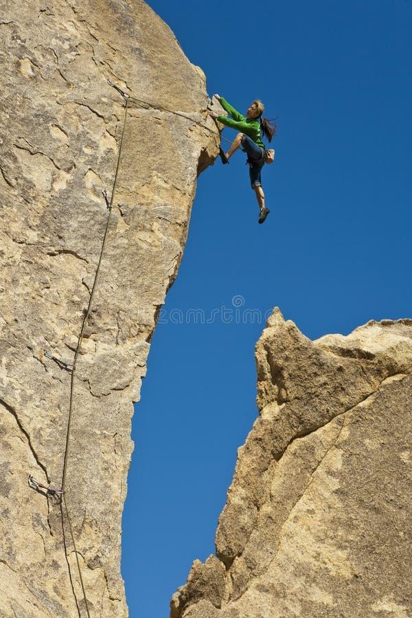 klättrarekvinnligrock royaltyfria foton