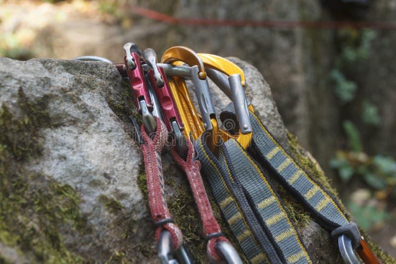 klättring En grupp av carabiners på vaggar royaltyfria foton