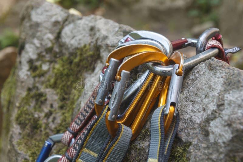klättring En grupp av carabiners på vaggar arkivfoton