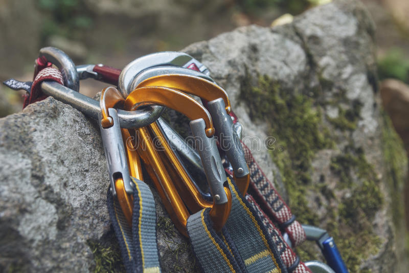 klättring En grupp av carabiners på vaggar arkivfoto