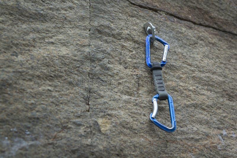 klättring En säkerhetsbult med en karbin royaltyfri fotografi
