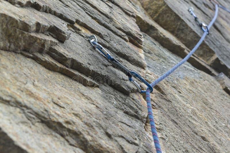 klättring En trådd säkerhetsbult ett rep med en karbin fotografering för bildbyråer