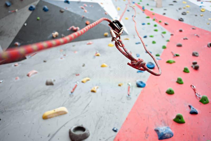 klättring En trådd säkerhetsbult ett rep med en karbin Granitvägg arkivbild