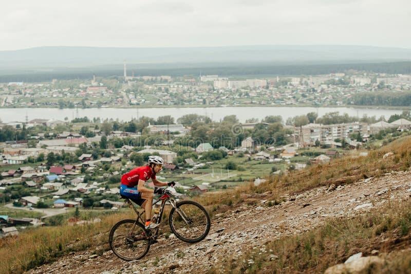 klättring för ridning för cyklistbergcyklist brant royaltyfria foton