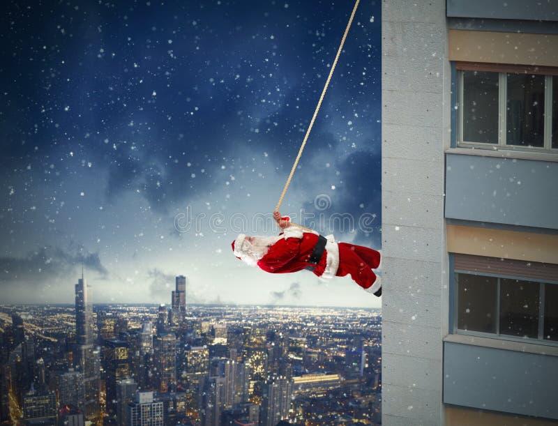 Klättring Santa Claus royaltyfri bild