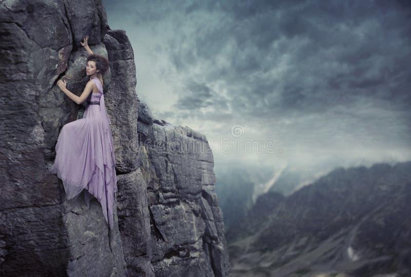 klättringkvinna arkivfoto