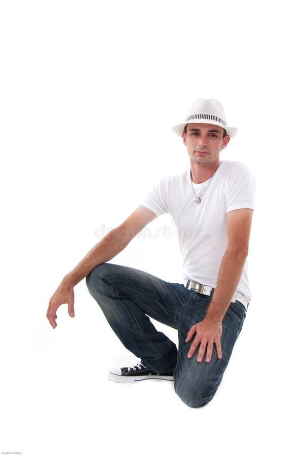 klęczenie atrakcyjny mężczyzna obrazy stock
