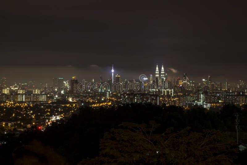 KL城市在晚上从远方 库存照片