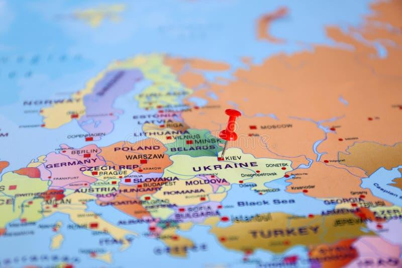 Kl?mde fast Ukraina p? ?versikt av Europa Internationella f?rh?llanden arkivfoto