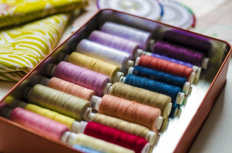 Kl?nningmodellf?rberedelse som syr kl?der, textilsektor royaltyfri fotografi