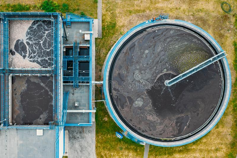 Kl?ranlage mit rundem Zylinder des Kl?rmittel-Sedimentationsbeckens, von der Luftdraufsicht lizenzfreie stockbilder