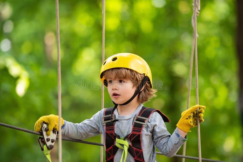 Kl?ttrarebarn p? utbildning Litet barn?lder Ungepojkeaffärsföretag och lopp tidig barndomutveckling Litet barndagis royaltyfria bilder