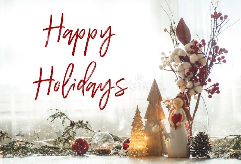 Klaar aan prentbriefkaar Gelukkige Vakantie Stilleven van het Kerstmis het feestelijke decor op houten achtergrond, concept huisc royalty-vrije stock afbeelding