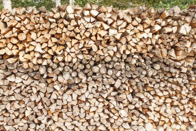 Klaar brandhout Diverse soorten houten die logboeken bovenop elkaar worden gestapeld Stapel van hout, brandhout, achtergrond royalty-vrije stock foto