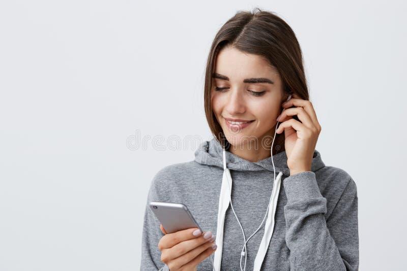 Klaar het worden voor ochtend het lopen Stedelijke Levensstijl Portret van jong knap Kaukasisch meisje met donker haar in grijs stock foto's