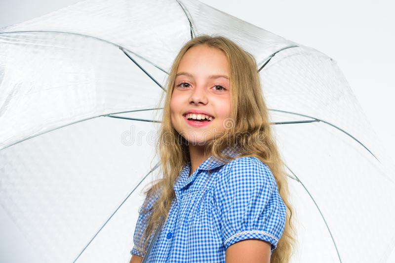 Klaar meisjes het kind ontmoet dalingsweer met paraplu Geniet van regenachtige dagen met paraplutoebehoren Beste dalings bijkomen royalty-vrije stock fotografie