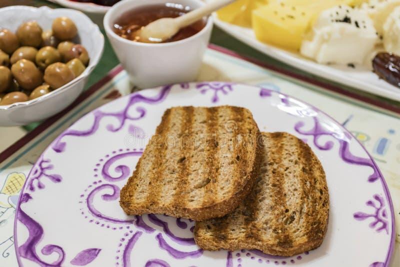 Klaar om ontbijt en gesneden broden voor ochtend te eten royalty-vrije stock fotografie