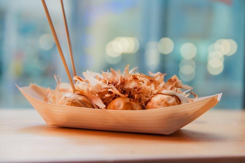 Klaar om takoyaki in de koffie van het straatvoedsel te eten stock afbeeldingen