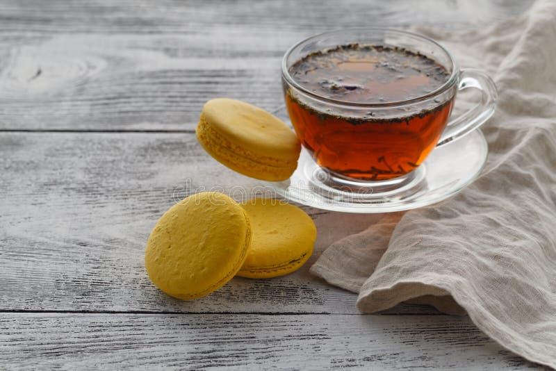 Klaar om thee met makaron op witte lijst te drinken royalty-vrije stock fotografie