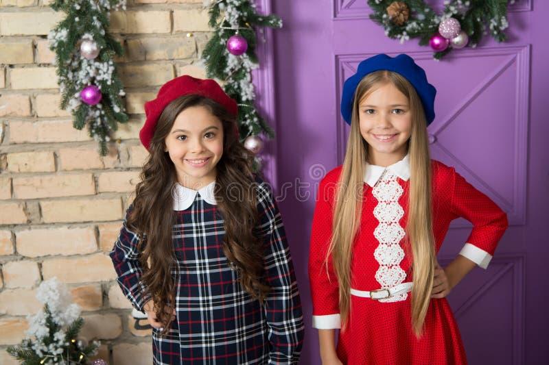 Klaar ontmoeten de kinderen leuke meisjes Kerstmis en nieuw jaar Het concept van de de wintervakantie Voor feestelijke Kerstmis v stock foto's