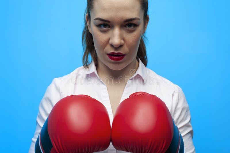 Klaar voor een strijd Bepaalde bedrijfsvrouw die bokshandschoenen dragen stock afbeeldingen