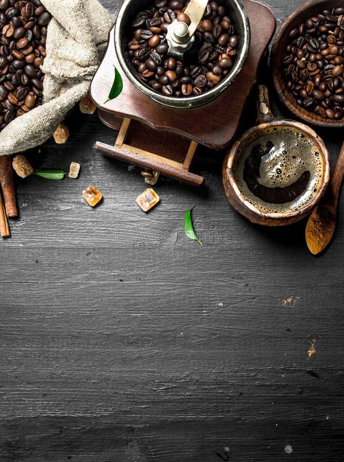 Klaar voor gebruik Verse koffie met suikerkristallen en koffiebonen stock afbeeldingen