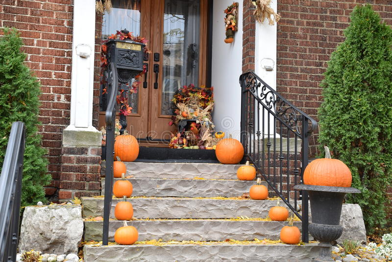 Klaar voor Halloween: Een Assortiment van Pompoenen op Front Steps en de Portiek van een Huis stock fotografie