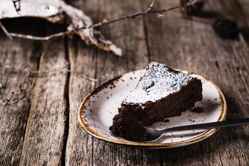 Kladdkaka Torta de chocolate húmeda sueca tradicional en la tabla de madera rústica vieja imagenes de archivo