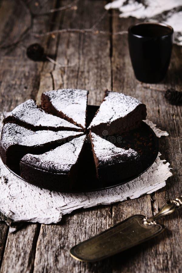 Kladdkaka Torta de chocolate húmeda sueca tradicional en la tabla de madera rústica vieja fotografía de archivo