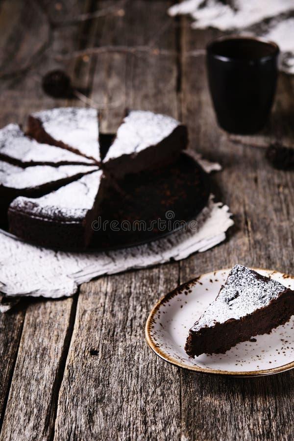 Kladdkaka Torta de chocolate húmeda sueca tradicional en la tabla de madera rústica vieja fotos de archivo libres de regalías