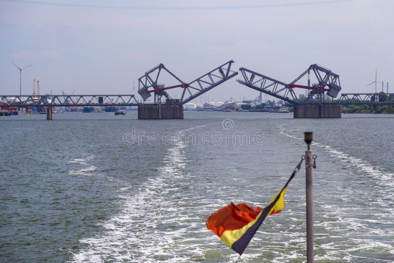 Klaffbroar i port av Antwerp royaltyfria foton
