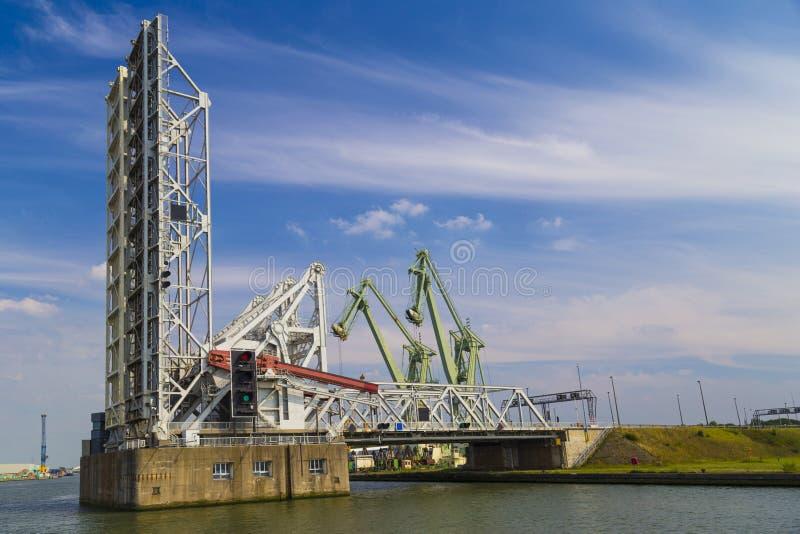 Klaffbroar i port av Antwerp arkivfoto