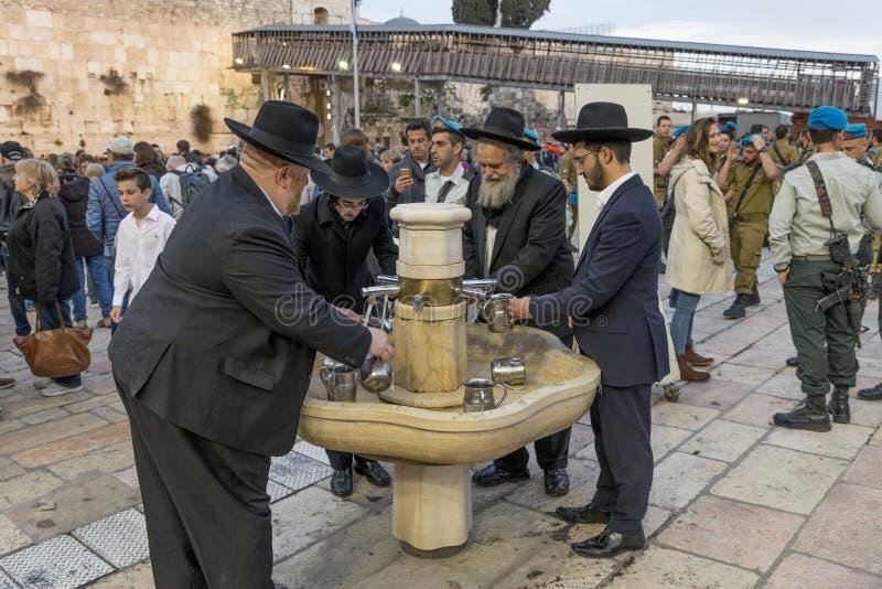 Klagemauer Jerusalem der Ritualhandwäsche stockbild