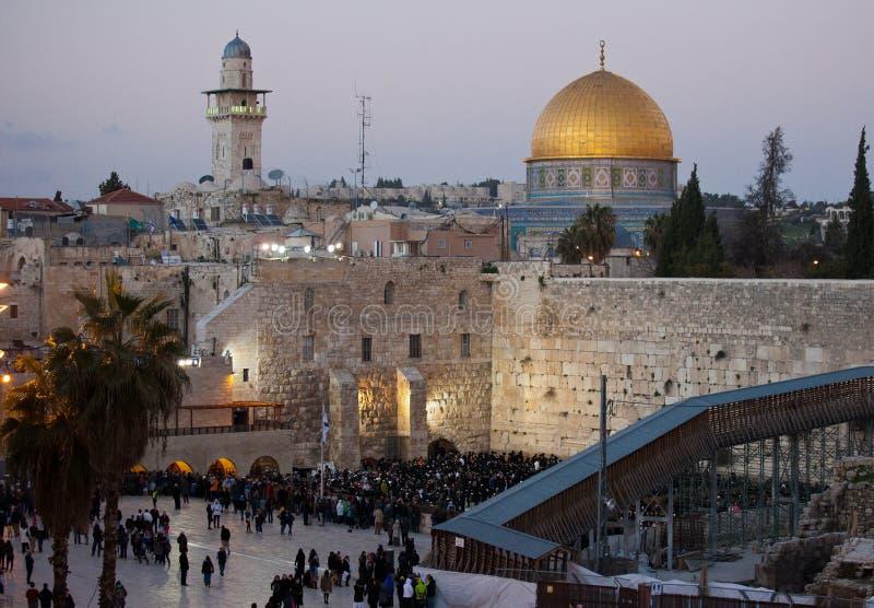 Klagemauer und Golden Dome des Felsens bei Sonnenuntergang, alte Stadt Jerusalems, Israel lizenzfreie stockfotografie