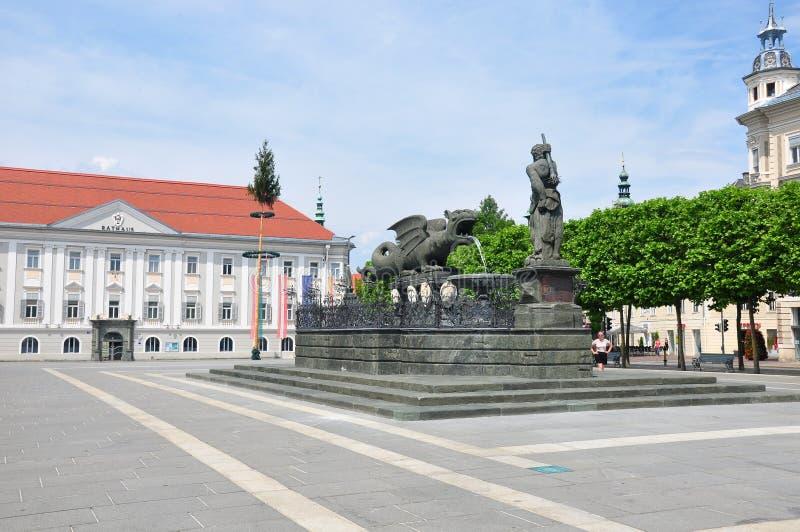 Klagenfurt, Österreich - 4. Juni 2017: Lindwurmbrunnen (Lindworm-Brunnen) bei Neuer Platz lizenzfreie stockfotografie