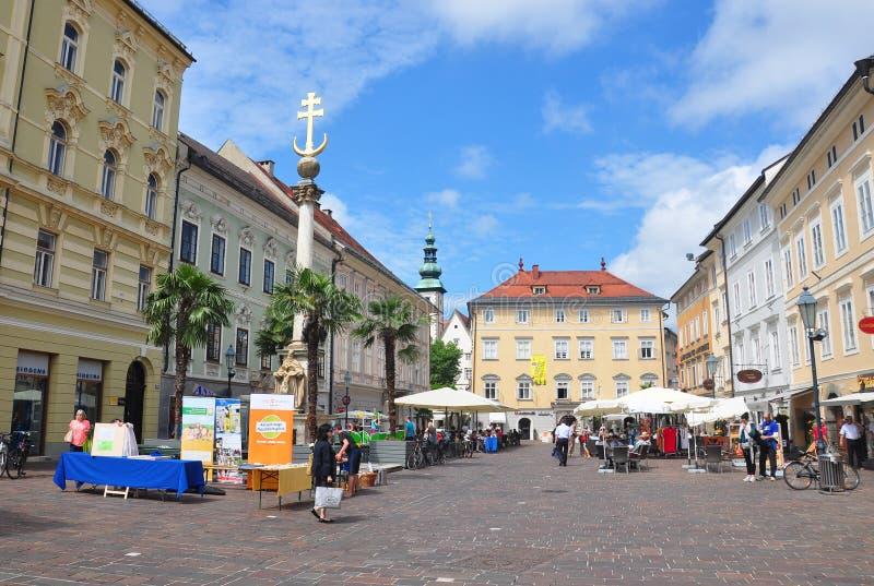 Klagenfurt Österrike - Juni 3, 2017: Förändra Platz med kolonnen Dreifaltigkeitssaeule för helig Treenighet royaltyfria bilder