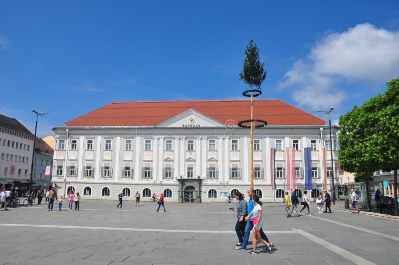 Klagenfurt Österrike - Juni 3, 2017: Neuer Platz med sikt på Neues Rathaus det nya stadshuset royaltyfri fotografi
